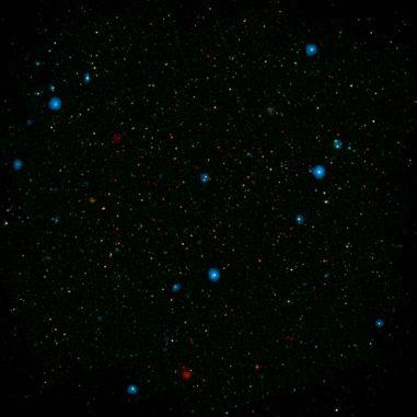 Die blauen Punkte in diesem Galaxienfeld, dem COSMOS Field, stellen Galaxien mit supermassiven Schwarzen Löchern dar, die hochenergetische Röntgenstrahlen emittieren. (NASA / JPL-Caltech)