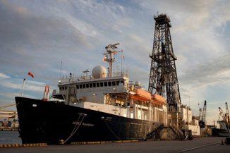 Das Forschungsschiff JOIDES Resolution wird in den kommenden Wochen Bohrproben aus der Verwerfungszone vor der Küste Sumatras nehmen. (Image courtesy of University of Southampton)