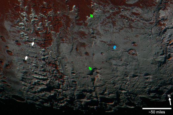 Detailansicht einer Region im Süden Plutos. Die Pfeile kennzeichnen breite Täler (weiß), ein verzweigtes Talsystem (blau) und Depressionen auf der Oberfläche (grün). (NASA / JHUAPL / SwRI)