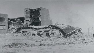 Beschädigungen an der Helena High School, die im Jahr 1935 nach einem starken Nachbeben des 6,2-Bebens in der Nähe von Helena (Montana) zusammenbrach. (NOAA National Geophysical Data Center)