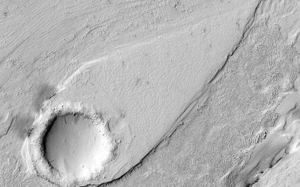 Ein stromlinienförmiges Gebilde in einem früheren Kanal auf dem Mars, aufgenommen vom Mars Reconnaissance Orbiter. (NASA / JPL / University of Arizona)