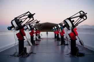 Mit diesem Teleskopverbund des MEarth-Projekts beobachtet man Zwergsterne des M-Typs, um Exoplaneten in ihrer Nähe nachzuweisen. (The MEarth Project)