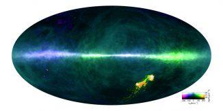 Die HI4PI-Karte zeigt Gas mit verschiedenen Geschwindigkeiten. Die Ebene der Milchstraßen-Galaxie verläuft horizontal durch die Bildmitte. Die Magellanschen Wolken befinden sich unten rechts. (Benjamin Winkel, Max Planck Institute, and the HI4PI collaboration)