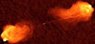 Radiobild der enormen Teilchenjets, die vom Kern der Galaxie Cygnus A ausgestoßen werden. (Image courtesy of NRAO / AU)