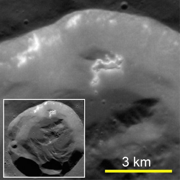 Ein frischer Einschlagkrater. Mulden sind auf einem Teil des Kraterwalls erkennbar, der etwas zum Kraterboden hinab gerutscht ist. (Courtesy Science / AAAS)