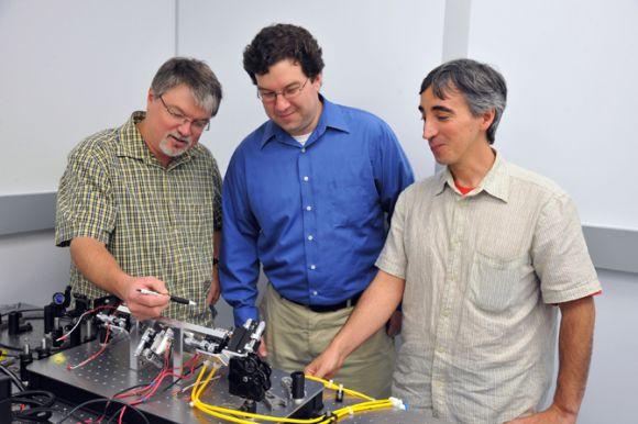 Von links nach rechts: Barry Coyle, Paul Stysley und Demetrios Poulios (Photo Credit: NASA's Goddard Space Flight Center, Debora McCallum)