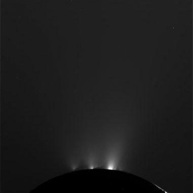 Eis- und Wasserdampfgeysire auf Enceladus, aufgenommen von der Raumsonde Cassini (NASA / JPL-Caltech / Space Science Institute)