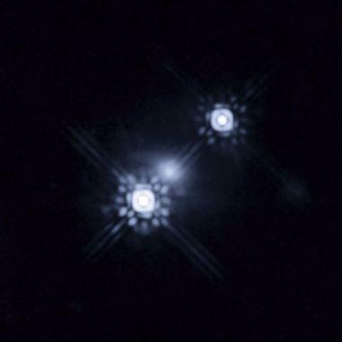 Zwei Abbilder des Quasars HE 1104-1805, die durch den Gravitationslinseneffekt einer Galaxie im Vordergrund erzeugt wurden (NASA, ESA and J.A. Muñoz (University of Valencia))