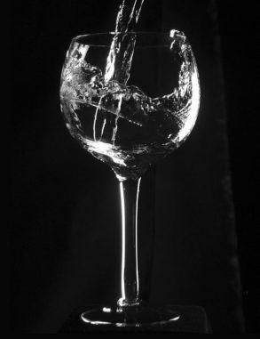Glas mit Wasser. (Wikimedia Commons / User: Jorge Barrios / gemeinfrei)