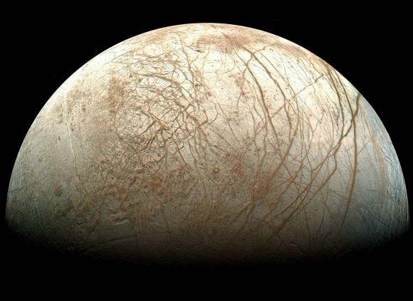 Der Jupitermond Europa, aufgenommen von Galileo. Man erkennt ausgedehnte Eisebenen und ausgeprägte Bruchsysteme (Image reprocessed by Ted Stryk)