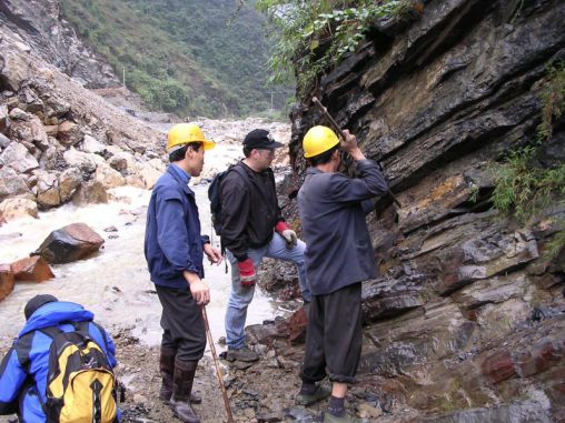 Prof. Charles Henderson (Mitte) sammelt Proben aus einer Sedimentschicht in Shangsi / China. (Charles Henderson)