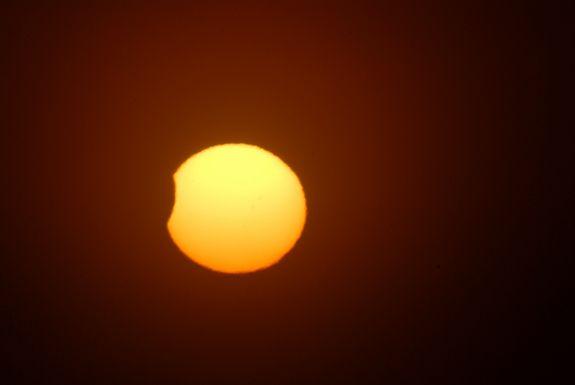 Partielle Sonnenfinsternis vom 25. November 2011 / Otaki Beach, Neuseeland (Terre Maize-Nicholson)