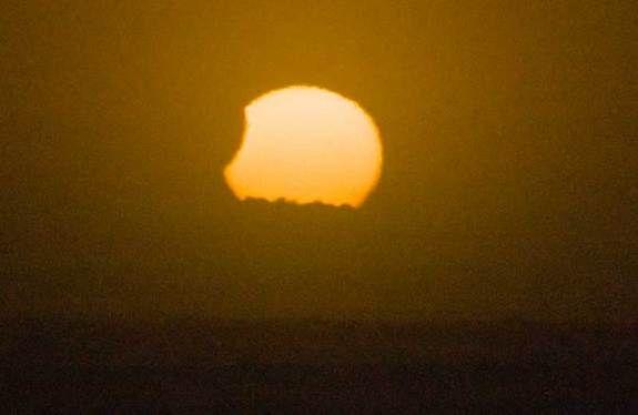 Partielle Sonnenfinsternis vom 25. November 2011 / Otaki Beach, Neuseeland (Mike Nicholson)