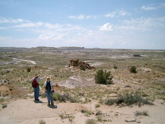 Robert Sullivan (links) und Dever Fowler am Naashoibito-Bett in New Mexico (Photo by W. P. Fowler)