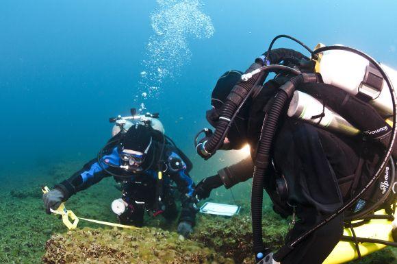 Taucher bei der Vermessung von Steinen (Photo courtesy of Tane Casserley, NOAA Thunder Bay National Marine Sanctuary)