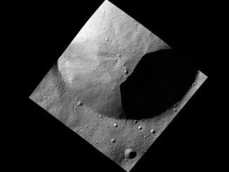 Eine der ersten Aufnahmen aus dem Low-Altitude Mapping Orbit zeigt einen Teil des Randes von einem frischen Krater. (NASA / JPL-Caltech / UCLA / MPS / DLR / IDA)