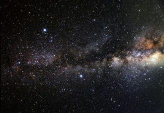 """Das als """"Dark Rift"""" bezeichnete dunkle Band aus Staubwolken vor dem galaktischen Zentrum (A. Fujii)"""