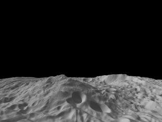 Seitenansicht des riesigen Südpolarberges auf Vesta (NASA / JPL-Caltech / UCLA / MPS / DLR / IDA / PSI)