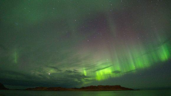 Nordlicht über der Inselgruppe der Vesterålen, Norwegen (Anne Sofie Simonsen)