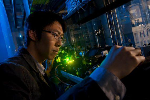Shuzhen Ye verwendete einen ultravioletten Laser, um ein Rydberg-Atom zu erzeugen. (Jeff Fitlow / Rice University)