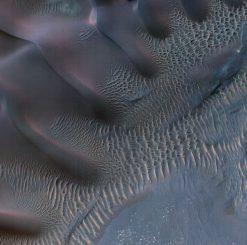 Dieses farbveränderte Bild zeigt Sanddünen in Noachis Terra, die innerhalb eines Einschlagkraters gefangen sind (NASA / JPL-Caltech / Univ. of Arizona)