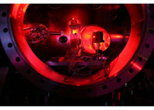 Das Bild zeigt das Innere einer Experimentierkammer des LCLS Lasers. In der Bildmitte ist der Halter für die zu erhitzende Materieprobe erkennbar. (Photo courtesy University of Oxford / Sam Vinko)