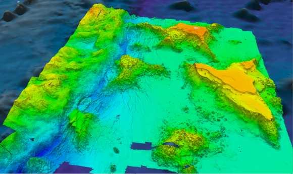 """Perspektivische Ansicht der abgestumpften Tiefseeberge (""""Brücken"""") mit fünffacher vertikaler Überhöhung (University of New Hampshire Center for Coastal and Ocean Mapping / Joint Hydrographic Center)"""