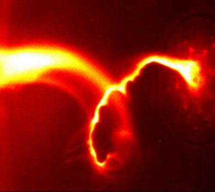 Ein Argon-Plasmajet bildet eine schnell wachsende korkenzieherförmige Struktur, bekannt als Kink-Instabilität. (A. L. Moser and P. M. Bellan, Caltech)