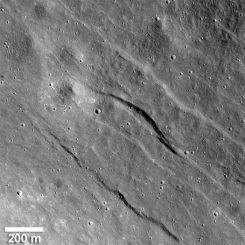 Der größte der neu entdeckten Grabenbrüche in den Hochländern der erdabgewandten Seite des Mondes. Er ist rund 500 Meter breit und 20 Meter tief. (NASA / Goddard / Arizona State University / Smithsonian Institution)