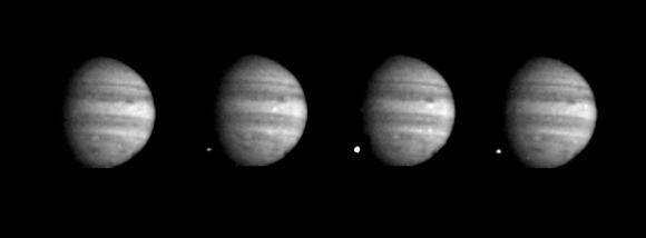 Einschlag des Fragments W. Die vier Aufnahmen machte die Raumsonde Galileo in einer Zeitspanne von sieben Sekunden (NASA / JPL)