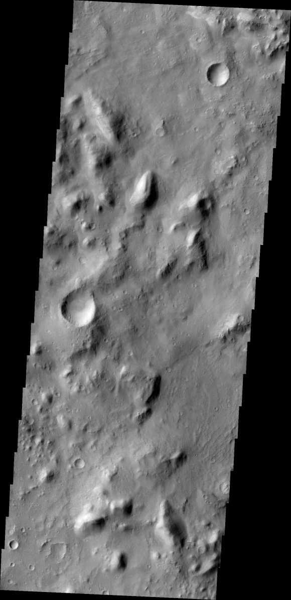Diese Aufnahme machte THEMIS an seinem 10. Jahrestag. Sie zeigt ein Gebiet in Nepenthes Mensae, eine Region in der die Hochländer des Mars in die Tiefebenen übergehen. (NASA / JPL-Caltech / Cornell / Arizona State University)