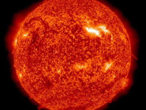 Eine aktive Region auf der Sonne, hier als heller Fleck zu sehen, bewegt sich seit dem 2. März 2012 von links nach rechts über die Sonnenscheibe. (NASA / SDO / AIA)
