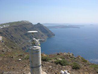 Blick auf die Vulkaninsel Santorin, im Vordergrund eine der GPS-Stationen (Andrew Newman / Georgia Institute of Technology)