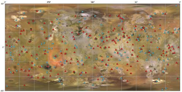 Geologische Karte von Io mit markierten Hotspots (rot) und Bergen (blau) (USGS)