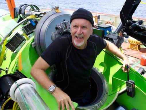 James Cameron steigt aus seinem Tauchfahrzeug, nachdem er vom Grund des Challengertiefs zurückgekehrt ist. (Photograph by Mark Thiessen, National Geographic)