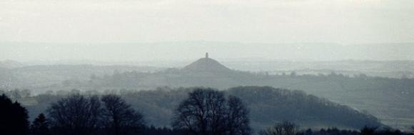 Glastonbury Tor, aufgenommen aus einiger Entfernung (Wikipedia / Pierre Terre / CC-BY-SA 2.0)
