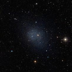 Diese kugelförmige Zwerggalaxie im Sternbild Fornax gehört zu den zehn untersuchten Exemplaren der aktuellen Studie. (ESO / Digital Sky Survey 2)
