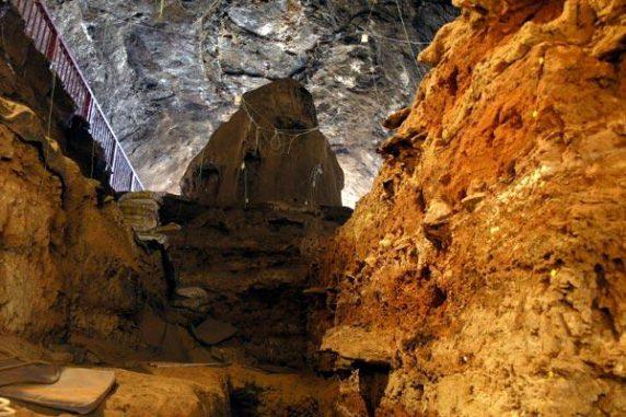 Blick von der Ausgrabungsstelle zum Eingang der Wonderwerk-Höhle in Südafrika (Photo by R. Yates)