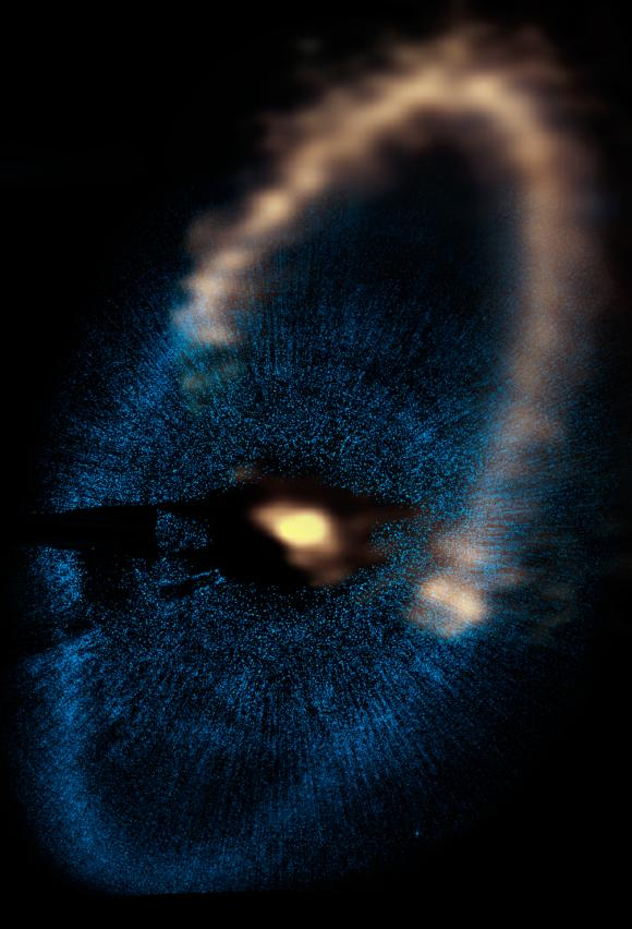 Der Staubring um den Stern Fomalhaut. Die ALMA-Daten sind oben in gelb dargestellt, der untere blaue Teil zeigt die Hubble-Daten. (A.C. Boley (University of Florida, Sagan Fellow), M.J. Payne, E.B. Ford, M. Shabran (University of Florida), S. Corder (North American ALMA Science Center, National Radio Astronomy Observatory), and W. Dent (ALMA, Chile), NRAO / AUI / NSF; NASA, ESA, P. Kalas, J. Graham, E. Chiang, E. Kite (University of California, Berkeley), M. Clampin (NASA Goddard Space Flight Center), M. Fitzgerald (Lawrence Livermore National Laboratory), and K. Stapelfeldt and J. Krist (NASA Jet Propulsion Laboratory))