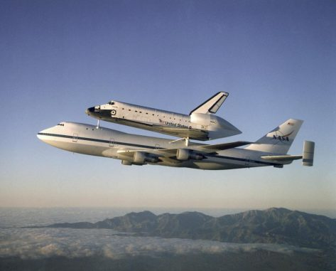 Das Space Shuttle Atlantis auf dem Rücken eines Shuttle Carrier Aircraft im Jahr 2009. (NASA)