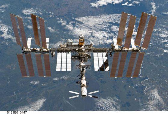 Die Internationale Raumstation ISS aus Sicht des Space Shuttle Discovery am 7. März 2011 (NASA)