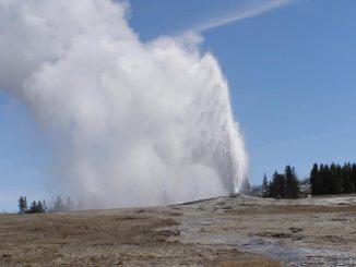 """Ausbruch des berühmten Geysirs """"Old Faithful"""" im Yellowstone Nationalpark. (USGS)"""