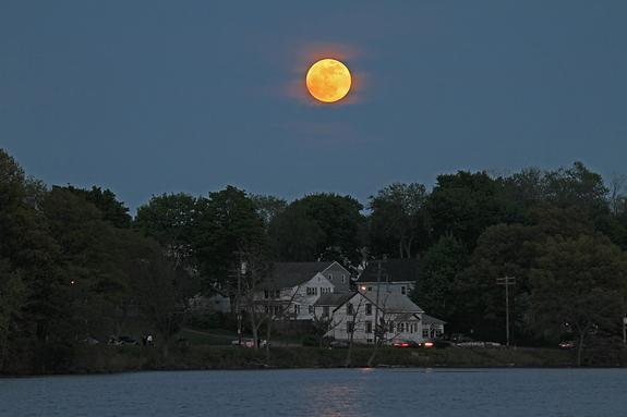Super-Vollmond vom 5. Mai 2012 über Woburn, Massachusetts (Foto: Imelda Joson und Edwin Aguirre)
