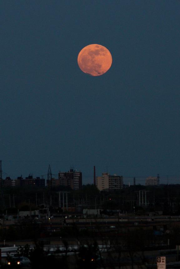 Super-Vollmond vom 5. Mai 2012 über Toronto, Kanada (Foto: Reuben Opena)