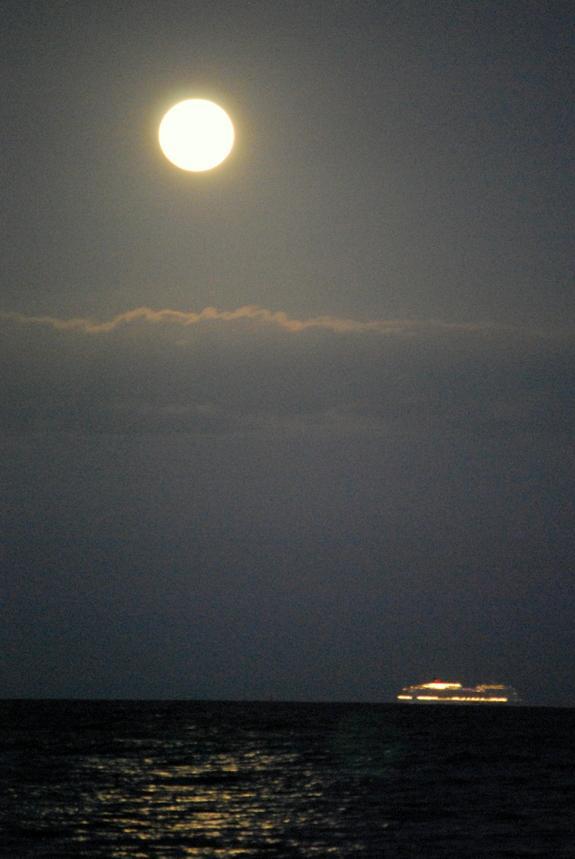 Super-Vollmond vom 5. Mai 2012 über Oahu, Hawaii (Foto: James Davidson)