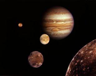 Fotokollage von Jupiter und den Galileischen Monden Io, Europa, Ganymed und Callisto. (NASA)