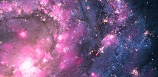 Eine ultrahelle Röntgenquelle (ultraluminous X-ray source, ULX) in der Galaxie M83, aufgenommen von Chandra und Hubble. Die ULX ist der auffällige pinkfarbene Fleck in der unteren Bildmitte. (Close-up - X-ray: NASA / CXC / Curtin University / R.Soria et al., Optical: NASA / STScI / Middlebury College / F. Winkler et al.)