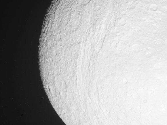 Unbearbeitetes Bild des Saturnmondes Tethys, aufgenommen von Cassini aus einer Entfernung von 131.290 Kilometern. (NASA / JPL-Caltech / SSI)