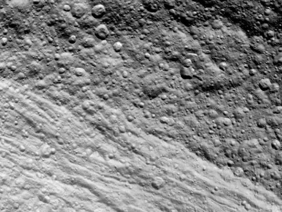 Unbearbeitetes Bild des Saturnmondes Tethys, aufgenommen von Cassini aus einer Entfernung von 59.861 Kilometern. (NASA / JPL-Caltech / SSI)