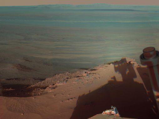 Der Marsrover Opportunity fotografiert seinen eigenen Schatten vor dem Hintergrund des Endeavour-Kraters. (NASA / JPL-Caltech / Cornell / Arizona State Univ.)